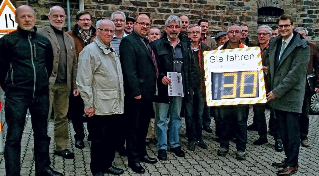 Übergabe der Verkehrsmesstafel an den Bürgermeister der Stadt Braubach, Herrn Joachim Müller.
