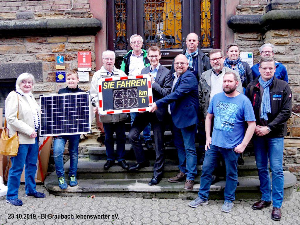 Im Beisein von des Verkehrsausschusses übergibt die Bürgerinitiative Braubach lebenswereter e.V. die neue Geschwindigkeits-Anzeigetafel an Herrn Bürgermeister Joachim Müller.